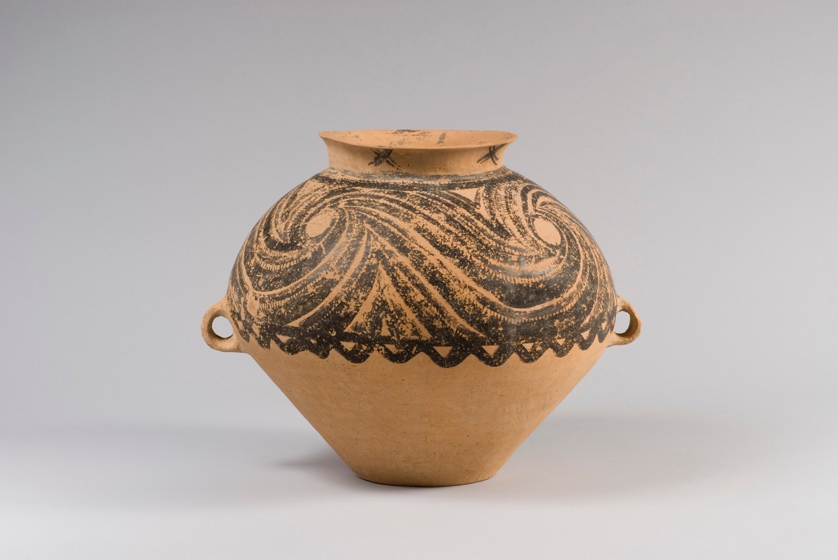 Museum fr ostasiatische kunst kln china collection storage jar type guan red clay with black and dark red cold painting height 40 cm gansu province yangshao culture 2600 2300 bc museum of east asian reviewsmspy
